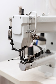 Macchina con nastro adesivo nella fabbrica di abbigliamento