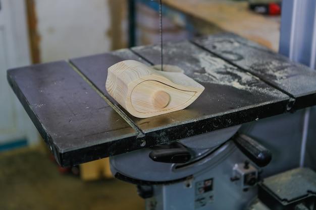 Lavorazione a macchina cnc. fresatrice cnc per legno.