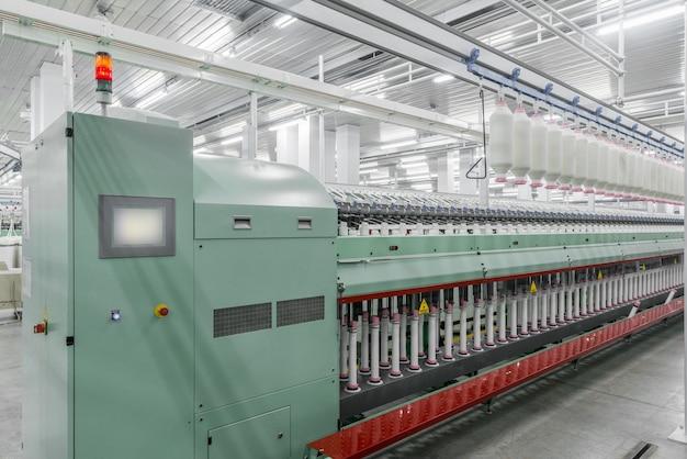 Macchinari e attrezzature in officina per la produzione di filo fabbrica tessile industriale