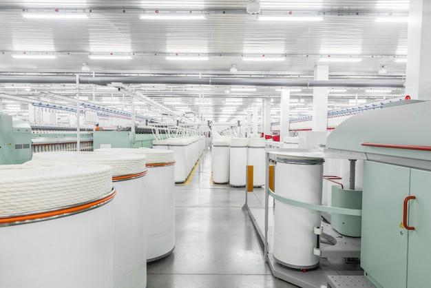 Macchinari e attrezzature in officina per la produzione di filati in fabbrica tessile industriale