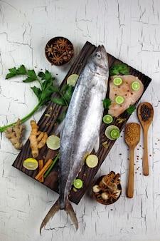 Pesce sgombro e spezie da cucina ingredienti