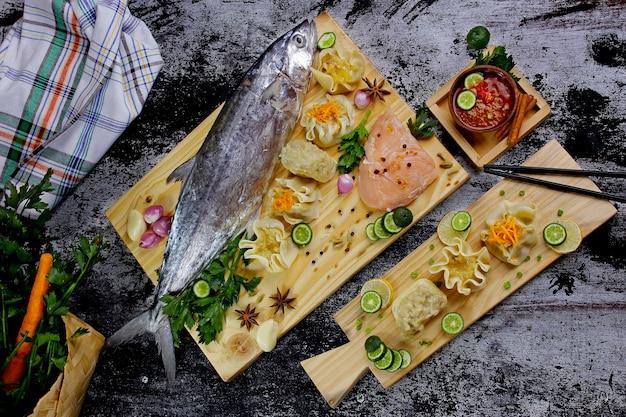 Sgombro con filetto e ingredienti da cucina a base di erbe