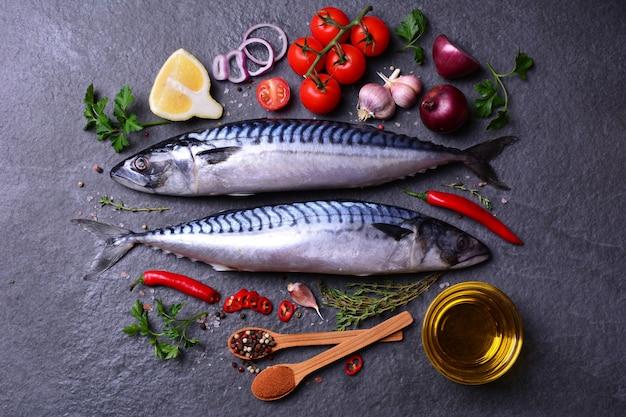 Pesce sgombro con spezie e verdure