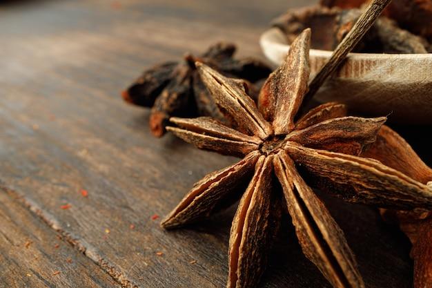 Macro di anice stelle su sfondo di legno