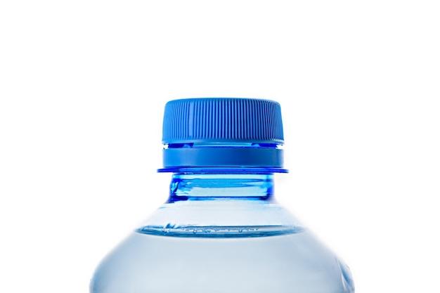 Primo piano a macroistruzione della bottiglia di plastica blu del collo con posizione orizzontale dell'acqua pulita