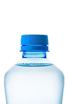 Macro close-up del collo di una bottiglia di plastica blu con acqua pulita in posizione verticale, isolare su uno sfondo bianco