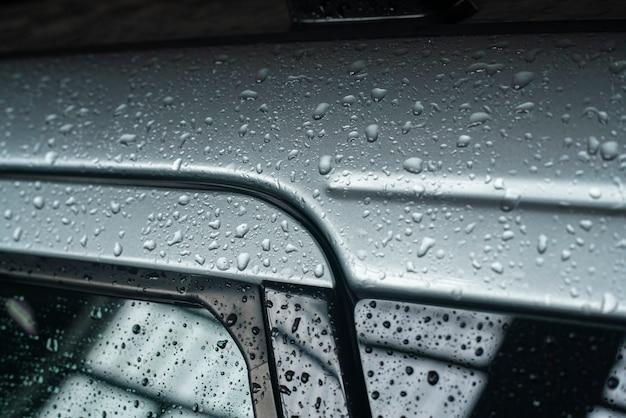 Macro dettaglio delle gocce d'acqua sulla carrozzeria