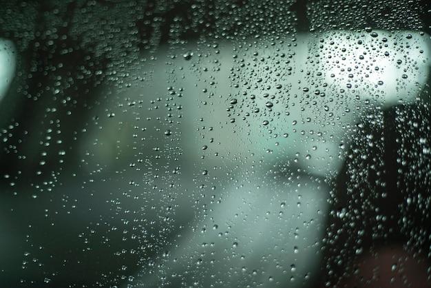 Macro dettaglio delle gocce d'acqua sul finestrino dell'auto