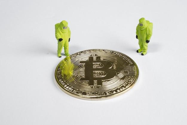 Figure macro che cercano bitcoin. concetto di mining di criptovaluta virtuale