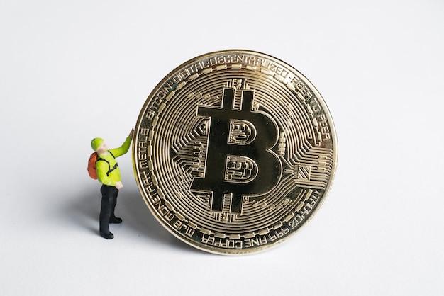Figure di minatori macro che lavorano su bitcoin. concetto di mining di criptovaluta virtuale