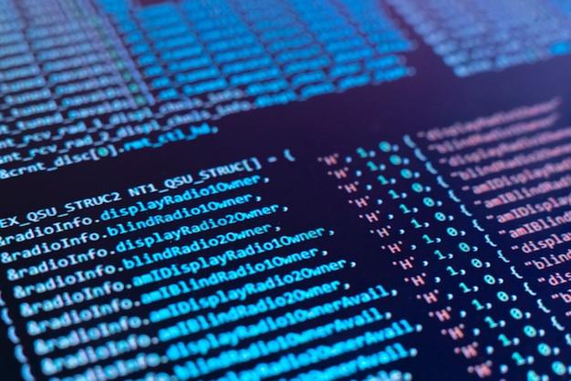 Uno schermo di monitoraggio macro con sopra il codice del programma, che crea il nuovo script php