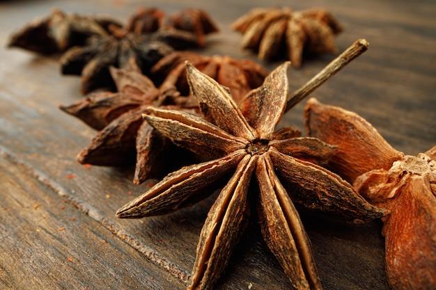 Foto macro di stelle di anice su legno