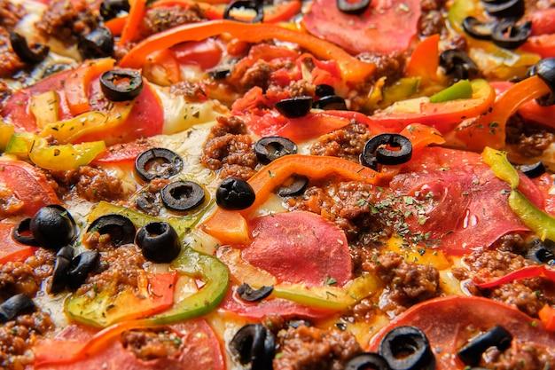 Foto a macroistruzione del fungo con olive e formaggio su pizza