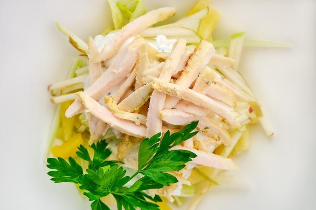 Foto macro di insalata con prosciutto, mela, ananas e maionese