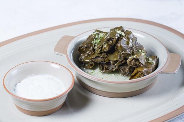 Foto macro di tradizionale turco dolma, sarma o dolmades sulla piastra bianca.