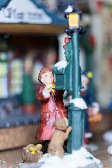 Una fotografia macro di una figurina di natale in porcellana in un mockup di natale