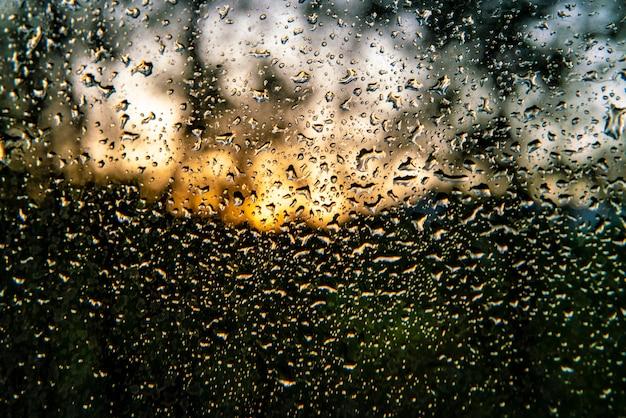 Ripresa macro di gocce d'acqua su una finestra dopo una giornata di pioggia, sfondo astratto e texture