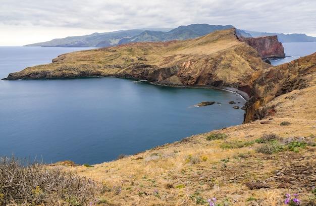L'oceano e le montagne dell'isola della madera abbelliscono, il capo di san lorenco, portogallo