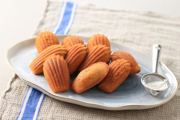 Madeleine, famosa pasticceria dolce francese con spolverata di zucchero