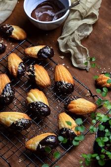 Biscotti alla madeleine con glassa al cioccolato e granella di cocco