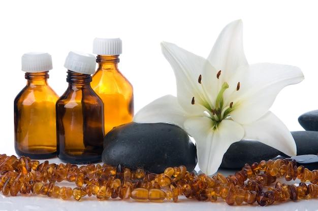 Madonna lily spa pietre bottiglie e ambra su bianco