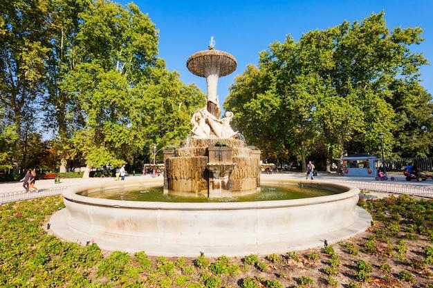 Madrid, spagna - 20 settembre 2017: il parco del buen retiro è uno dei più grandi parchi della città di madrid, spagna. madrid è la capitale della spagna.
