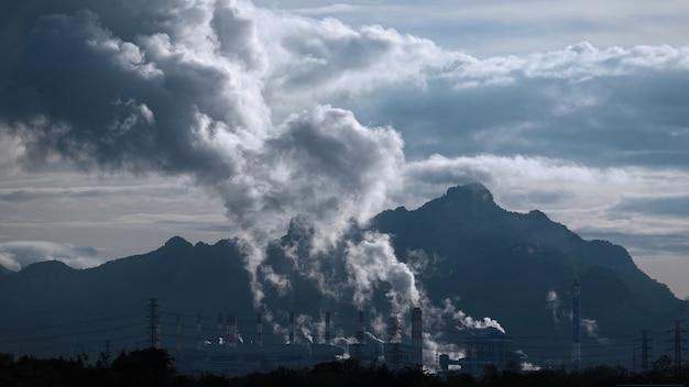 Centrale a carbone di mae moh con fumo e aria tossica dal camino.