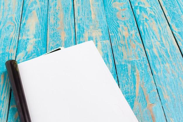Rivista o catalogo su tavola di legno