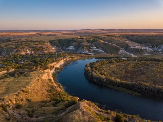 Magico tramonto sul fiume. paesaggio autunnale. fiume dniester, moldavia.
