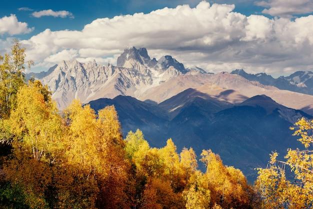 Magico paesaggio autunnale e cime innevate. vista di t