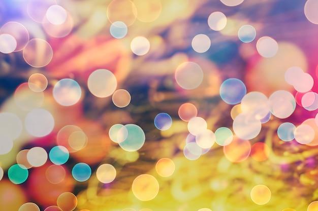 Sfondo magico con colori sfondo festivo con bokeh naturale e luci dorate brillanti. sfondo magico vintage spirituale