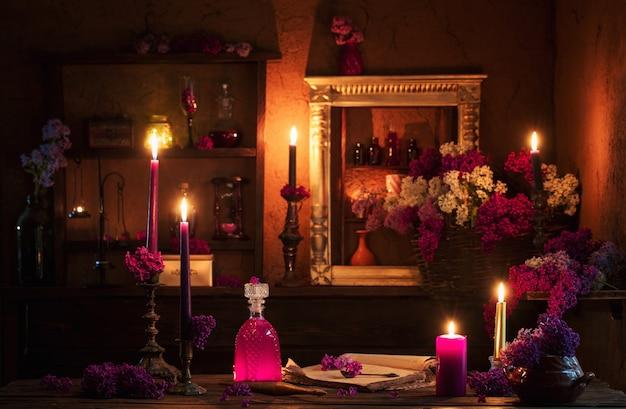 Pozione magica di fiori di lillà nella casa della strega