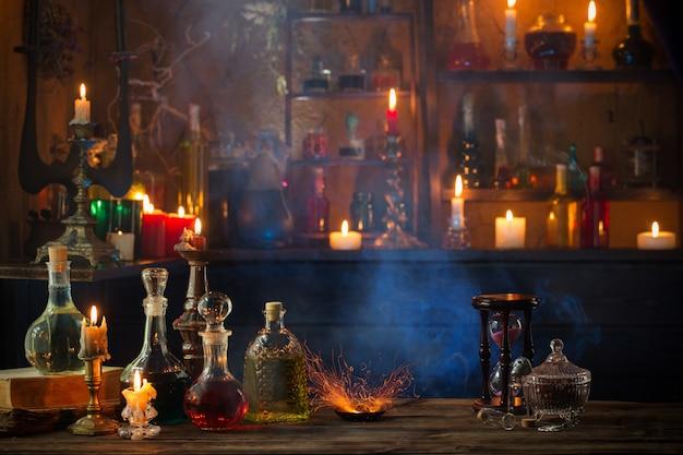 Pozioni magiche in bottiglie su fondo di legno