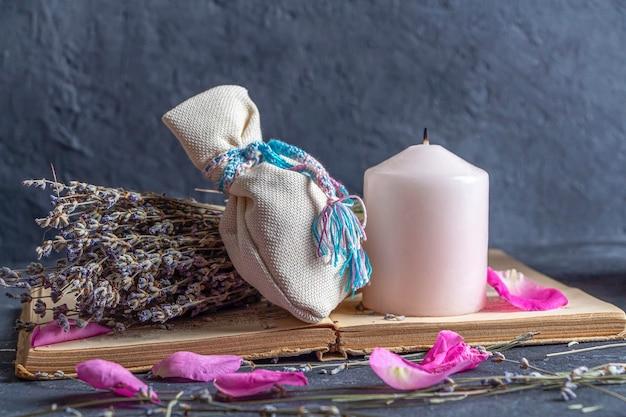 Natura morta magica con cristallo di quarzo fluorite e candela rosa rocce magiche per rituale mistico stregoneria wiccan o pratica spirituale guarigione rituale di meditazione reiki per amore ed equilibrio dei chakra