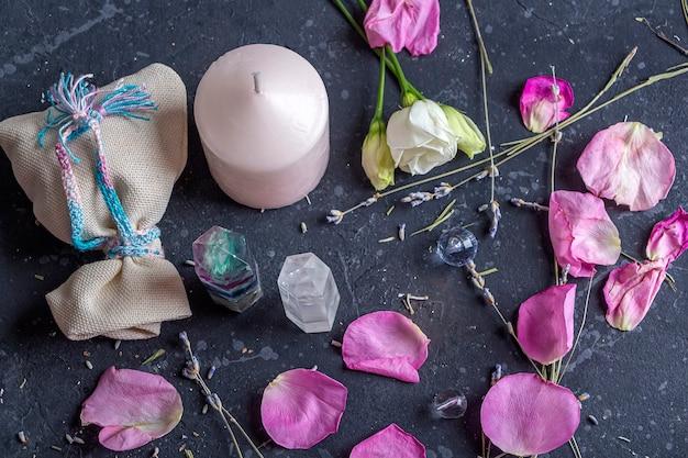 Natura morta magica con cristallo di quarzo fluorite e candela rosa.