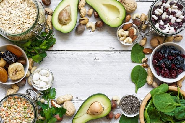 Il magnesio raggiunge l'alimento sulla tavola di legno bianca