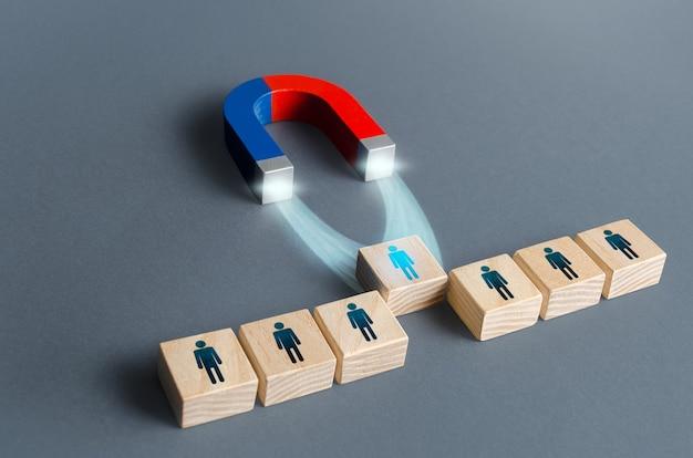 Il magnete tira fuori una persona dai blocchi di fila scelta del miglior candidato per l'assunzione
