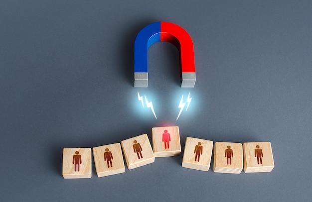 Il magnete seleziona una persona dalla fila trovando il miglior candidato di reclutamento