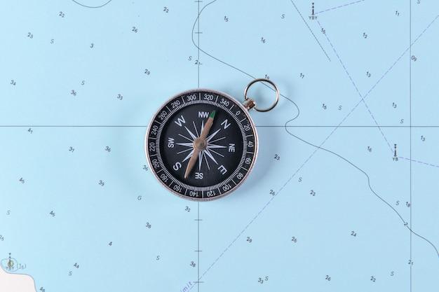 Bussola magnetica su una mappa di navigazione nautica