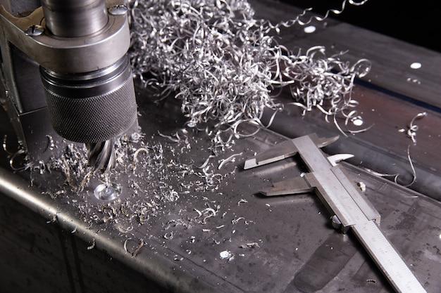 Trapano magnetico. trapano magnetico. foratura di colonne con trapano anulare. trucioli di metallo. calibro.