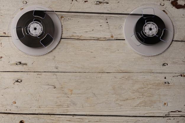 Nastro magnetico su sfondo di legno vecchio