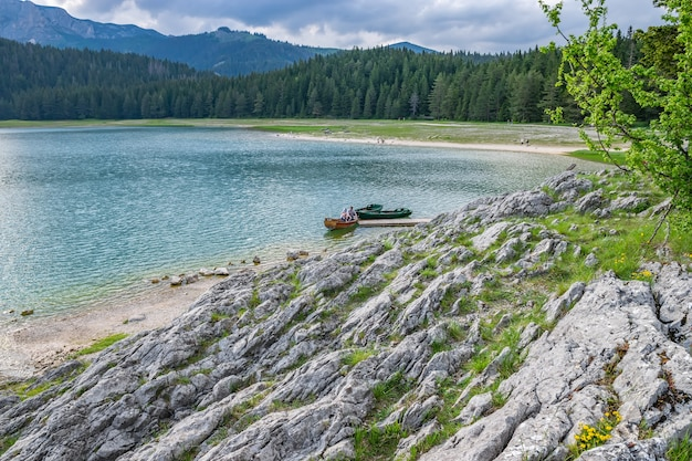 Il magnifico lago nero si trova nel parco nazionale del durmitor, nel nord del montenegro.