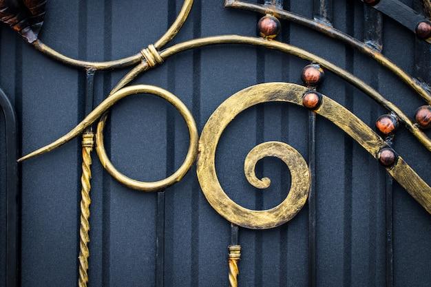 Magnifici cancelli in ferro battuto, forgiatura ornamentale, primo piano forgiato degli elementi.