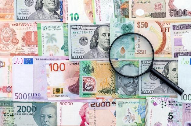 Lente d'ingrandimento sulle banconote di denaro internazionale