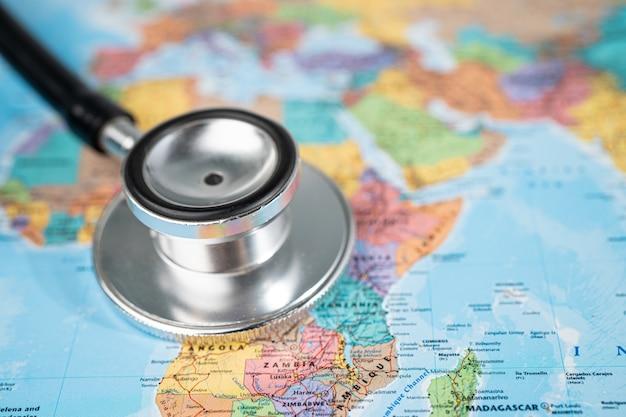 Lente d'ingrandimento sulla mappa dell'africa.