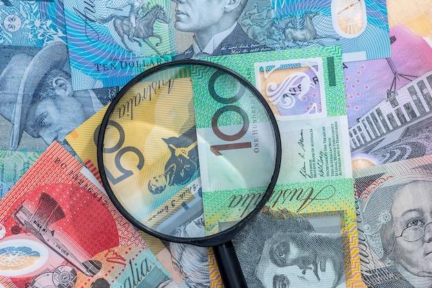 Lente d'ingrandimento sulla banconota del dollaro australiano come sfondo