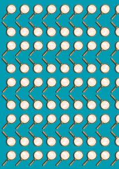 Lente d'ingrandimento isolata sull'azzurro. modello astratto di molti oggetti