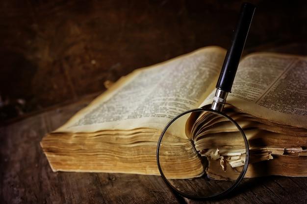 Lente d'ingrandimento e vecchio libro