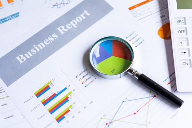 Lente d'ingrandimento sul grafico a torta con informazioni contabili statistiche che includono molte statistiche economiche aziendali.