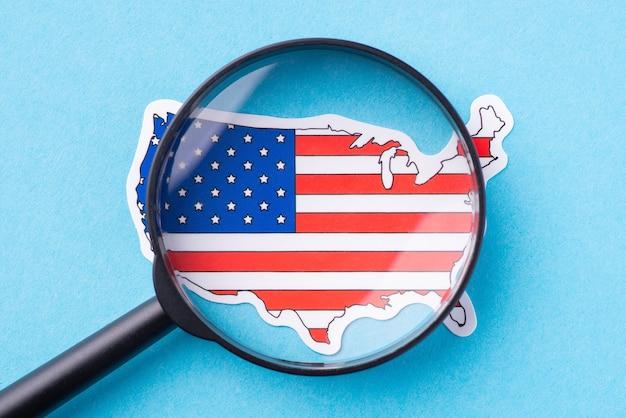 Lente di ingrandimento sulla mappa degli stati uniti. concetto di studiare il paese, i suoi usi e costumi